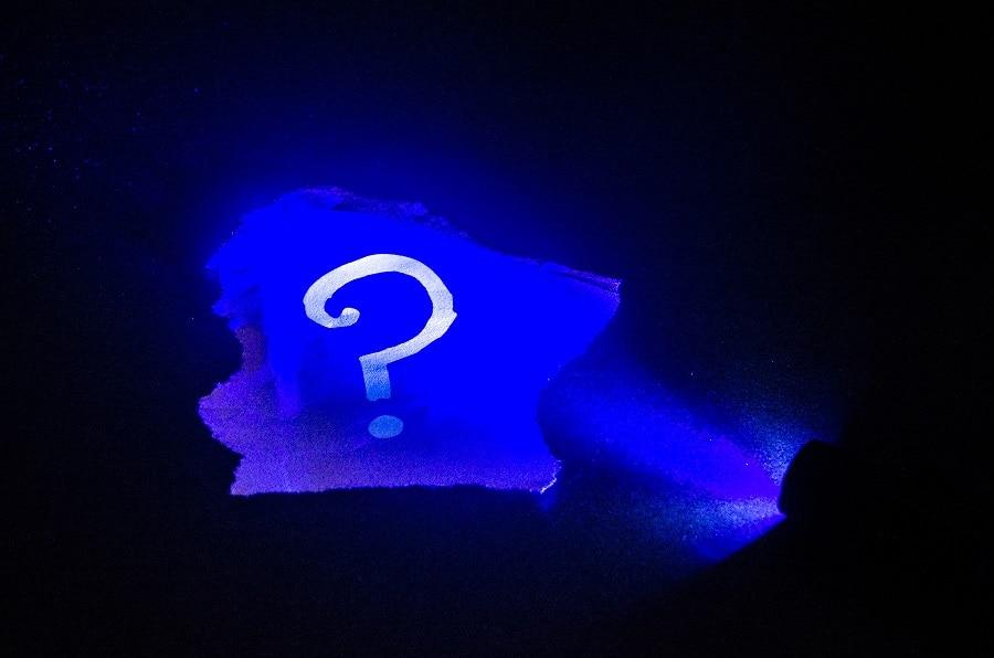 Popularna metoda ukrywania zagadek w escape roomach - światło UV
